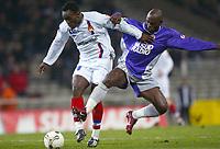 FOOTBALL - FRENCH CHAMPIONSHIP 2003/04 - 31/01/2004 - TOULOUSE FC v OLYMPIQUE LYONNAIS - MIKAEL ESSIEN (LYON) / ACHILLE EMANA (TOU) - PHOTO LAURENT BAHEUX / FLASH PRESS<br />  *** Local Caption *** 40001019