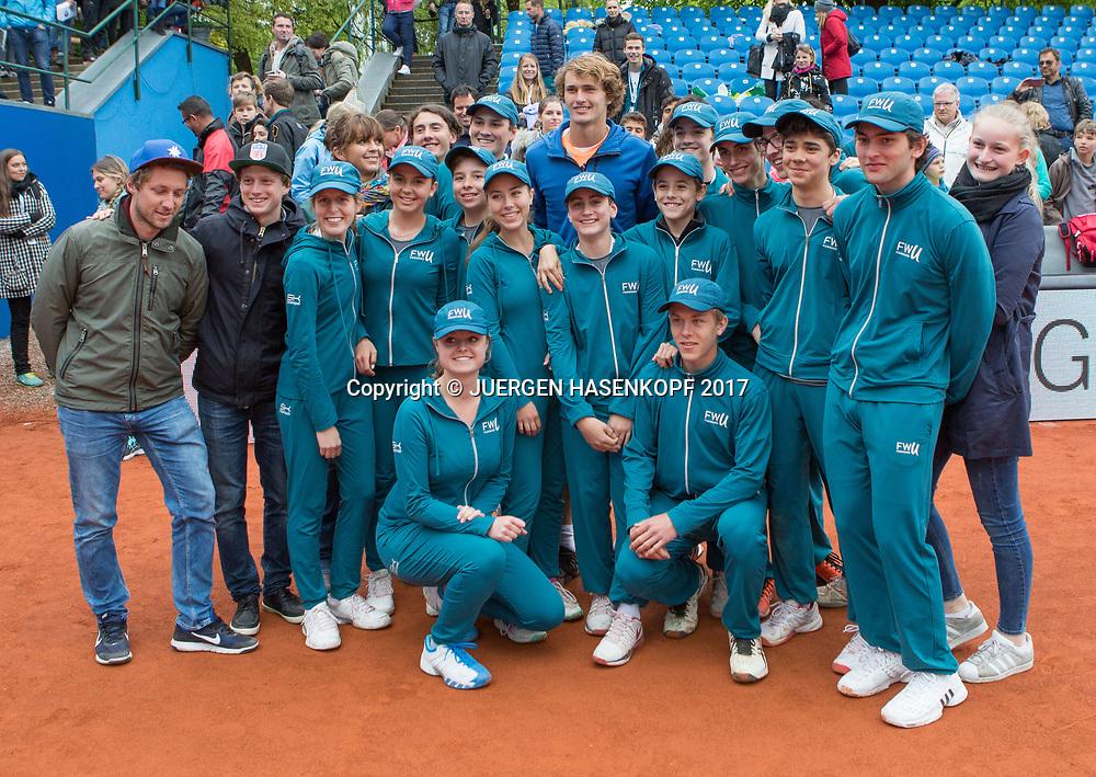 Sieger ALEXANDER ZVEREV (GER) und die Ballkinder,Gruppenfoto, Endspiel, Final, Siegerehrung<br /> <br /> Tennis - BMW Open 2017 -  ATP  -  MTTC Iphitos - Munich -  - Germany  - 7 May 2017.