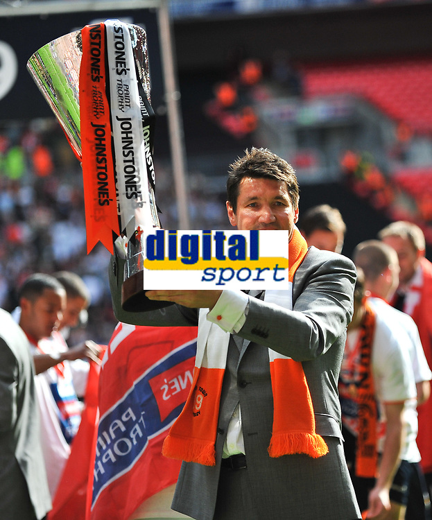 Fotball<br /> England<br /> Foto: Colorsport/Digitalsport<br /> NORWAY ONLY<br /> <br /> Mick Harford manager of Luton Town parades the Johnstone's paint trophy<br /> Luton Town vs Scunthorpe United<br /> Johnstone's Paint Trophy, Wembley Stadium, UK<br /> 05/04/2009