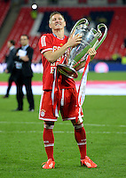 FUSSBALL  CHAMPIONS LEAGUE  SAISON 2012/2013  FINALE  Borussia Dortmund - FC Bayern Muenchen         25.05.2013 Champions League Sieger 2013 FC Bayern Muenchen: Bastian Schweinsteiger (FC Bayern Muenchen)  jubelt mit den Pokal