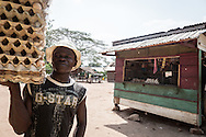 Repubblica Democratica del Congo e Repubblica Centrafricana, 2012<br /> Lavorare in Africa<br /> Venditore di uova nel villaggio di Zongo, in RDC<br /> <br /> Democratic Republic of Congo and Central African Republic, 2012<br /> Working in Africa<br /> Eggs seller in the town of Zongo, in DRC