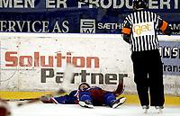 Ishockey<br /> GET-Ligaen<br /> 18.09.08<br /> Jordal Amfi<br /> Vålerenga VIF - Stjernen<br /> Mathias Trygg ligger nede med hjernerystelse<br /> Foto - Kasper Wikestad