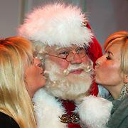 NLD/Hilversum/20151207- Sky Radio's Christmas Tree for Charity, Manuela Kemp en  Anouk Smulders met de kerstman