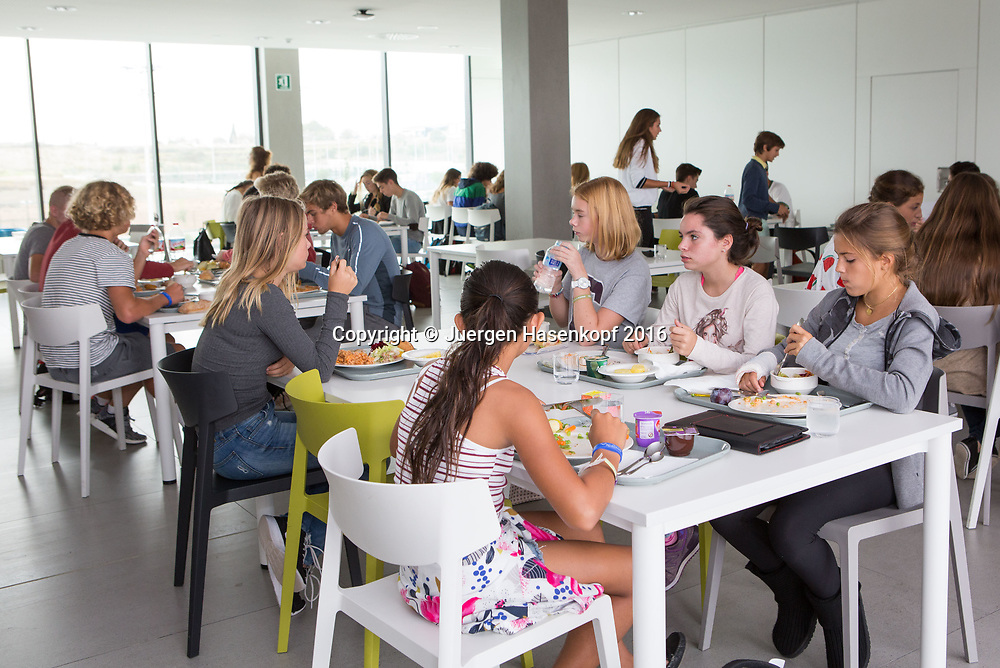 Rafa Nadal Academy in Manacor, Mallorca, Studenten,Schueler im Restaurant,Kantine,<br /> <br />  - Rafa Nadal Academy -  -  Rafa Nadal Academy - Manacor - Mallorca - Spanien  - 25 October 2016. <br /> &copy; Juergen Hasenkopf