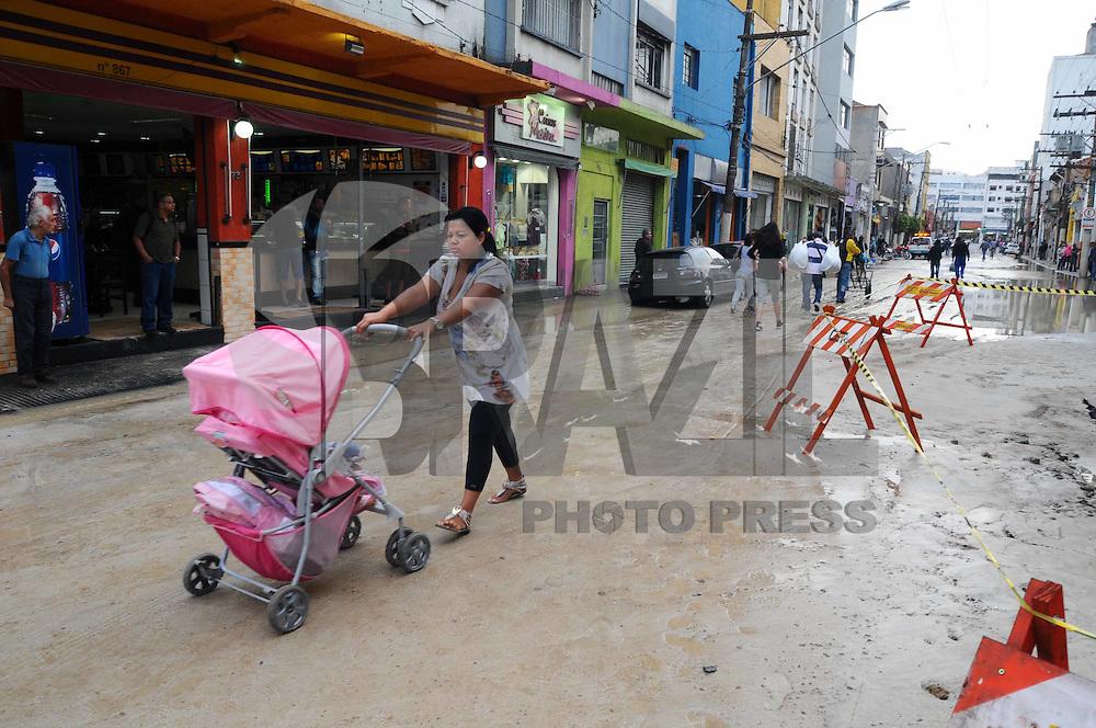 SAO PAULO, SP, 31 DE JANEIRO DE 2012.Mulher passa com carrinho de crianca pela Rua tomada pela area. Um cano de agua estourou na Rua Sao Caetano, a agua alagou a Rua Joao Jacinto.   (FOTO: ADRIANO LIMA - NEWS FREE)