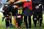 01.05.2010, Tapiolan Urheilupuisto, Espoo..Veikkausliiga 2010, FC Honka - IFK Mariehamn..FC Hongan maskotti Maximo Tolonen joukkueen kanssa.