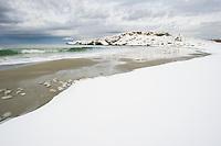 Sjelden snø på strand på Jæren. Vigdelstranda ved Ølberg i Sola kommune, Rogaland.