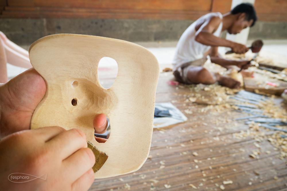Dintorni di Ubud Bali 2015 - Le maschere realizzate dagli allievi occidentali assumono la forma desiderata. Poi si comincia a levigare.