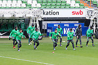 BILDET INNGÅR IKEK I FASTAVTALER. ALL NEDLASTING BLIR FAKTURERT.<br /> <br /> Fotball<br /> Tyskland<br /> Foto: imago/Digitalsport<br /> NORWAY ONLY<br /> <br /> GER, 1.FBL, Training Werder Bremen 10.12.2015, Weserstadion, Bremen, GER, 1.FBL, Training Werder Bremen im Bild Seydou Bocar Seck (Bærum SK, Sandvika, 1. Division, NOR), Santiago Garcia (Bremen 2), Assani Lukimya (Bremen 5), Clemens Fritz (Bremen 8), Marnon Busch (Bremen 38), Ulisses Alexandre Garcia (Bremen 20), Levin Öztunali / Oeztunali (Bremen 11), Axel Dörrfuß / Doerrfuss (Leistungsdiagnostiker Werder Bremen), Fin Bartels (Bremen 22), mit Dehnungsbaendern,