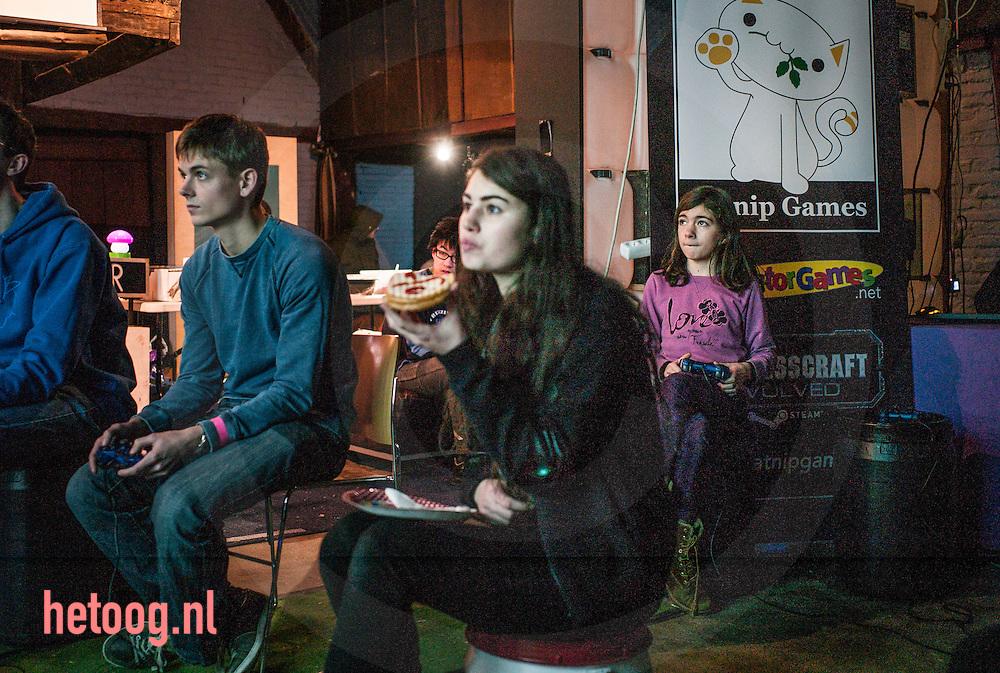 nederland, enschede 25jan2015  Vierde editie The Overkill Festival in Rijksmusem Twenthe Enschede .<br /> <br /> In het Rijksmuseum Twenthe is  de vierde editie van The Overkill Festival georganiseerd. Dertig uur lang werden computerspelletjes gespeeld in het museum, dat voor het eerst de deuren had geopend voor het festival.<br /> <br /> Dertig uur lang was het museum het domein van fanatieke gamers. bezoekers en en / gamers kwamen tijdens hun verblijf in aanraking met verschillende kunstvormen en dat was precies de bedoeling van het Rijksmuseum Twenthe. Met het binnenhalen van het Overkill Festival hoopte het museum meer jongeren voor kunst te interesseren.<br /> <br /> Het evenement brengt videogames, films, muziek, kunst, technologie, wetenschap en bezoekers samen. Ook werd de voorstelling Sublime Landscapes in Gaming geopend. Deze tentoonstelling liet zien hoe het sublieme landschap opnieuw opduikt in computerspellen. Het was de eerste keer dat het museum dertig uur non-stop open was voor het publiek.               Fotografie Cees Elzenga Hollandse-Hoogte