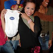 NLD/Baarn/20051229 - Persconferentie finalisten Idols 2005, zwangere Charissa met Idols baby rompertje