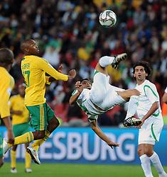 Ellis Park Johannesburg South Africa v Iraq (0-0) Confederations Cup 2009 14.06.2009 Ali Hussein Rehema (Iraq) Bernard Parker (South Africa).