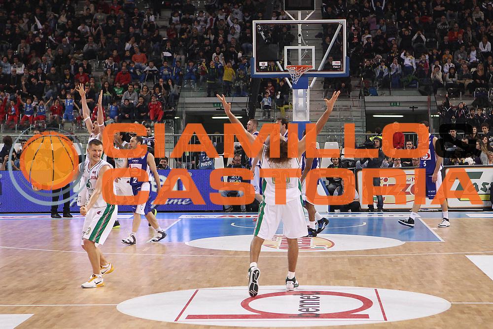 DESCRIZIONE : Torino Coppa Italia Final Eight 2011 Finale Montepaschi Siena Bennet Cantu<br /> GIOCATORE : Shaun Stonerook Ksistof Lavrinovic Rimantas Kaukenas<br /> SQUADRA : Montepaschi Siena<br /> EVENTO : Agos Ducato Basket Coppa Italia Final Eight 2011<br /> GARA : Montepaschi Siena Bennet Cantu<br /> DATA : 13/02/2011<br /> CATEGORIA : esultanza<br /> SPORT : Pallacanestro<br /> AUTORE : Agenzia Ciamillo-Castoria/C.De Massis<br /> Galleria : Final Eight Coppa Italia 2011<br /> Fotonotizia : Torino Coppa Italia Final Eight 2011 Finale Montepaschi Siena Bennet Cantu<br /> Predefinita :