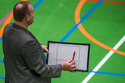 14-01-2017 NED: vv Utrecht - US Amsterdam, Utrecht<br /> vv Utrecht verslaat US met 3-1 / Trainer/coach Arjen Schimmel, aanwijzing, service, item