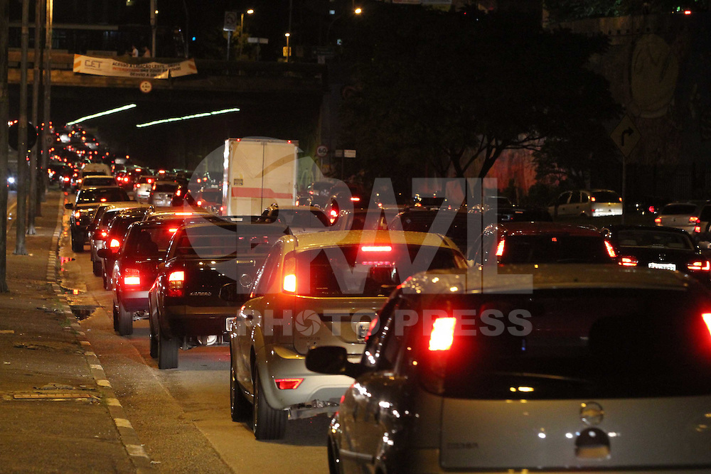 SAO PAULO, SP, 27/03/2012,  TRANSITO NA LIGACAO. Depois da forte chuva que caiu hoje em Sao Paulo o transito ficou complicado em varias regioes da capital, na foto a ligacao leste    Luiz Guarnieri/ Brazil  Photo Press.