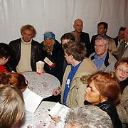 Russisch Kerstcircus 2003, Wino omzigt, Gerard Joling, Mary Borsato kaarten ophalen