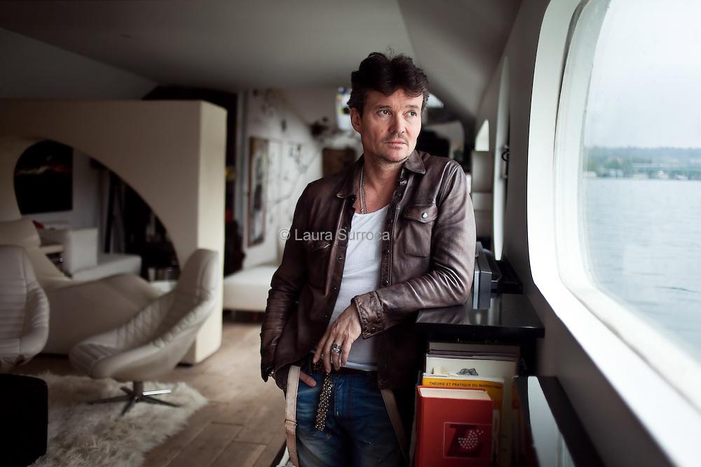 Franck Boclet, styliste. Ancien directeur artistique d'Ungaro homme et de Francesco Smalto dans sa maison peniche sur la Seine. En face de l'Ile Seguin, a Sevres, le 29 julliet 2011.