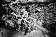 Brazil, Amazonas, Eldorado do Juma.<br /> <br /> Grota Velha, garimpeiros.<br /> Eldorado do Juma est maintenant un bidonville de plastique noir et de misere croissante sur la rive du fleuve, qui attire les prospecteurs. Des centaines d'hommes y creusent la boue sur leurs petites parcelles delimitees par des branchages et des ficelles. A la fin du jour, les plus chanceux auront trouve quelques poussieres d'or, vendues ensuite 40 reals le gramme (14,5 euros) a Apui, 65km au nord. Les plus riches du coin sont ceux et celles qui cuisinent, nettoient ou divertissent les mineurs.<br /> Il y a trop de prospecteurs pour la teneur du filon, du coup les garimpeiros s&rsquo;eparpillent sur une surface qui couvre plus de 40 hectares. Tous les mineurs dependent de l'autorisation d'une cooperative de proprietaires pour travailler. Ces proprietaires ne possedent pourtant pas de titre foncier pour justifier leur etat, ils sont simplement arriver les premiers sur les parcelles : c'est la loi de l'or.<br /> Quatre mois apres le debut de cette ruee, la plupart du minerai qui peut etre extrait manuellement a ete trouve, les mineurs qui restent sont les survivants de la rumeur. Ils n'ont souvent plus rien et esperent seulement trouver de quoi payer le voyage pour aller tenter leur chance vers d'autres terres promises..