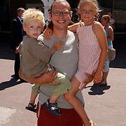 Premiere de kleine Zeemeermin voorstelling Dolfinarium Harderwijk, Dennis Mulder met kinderen