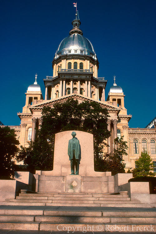 ILLINOIS, SPRINGFIELD the Lincoln statue in front of the Illinois State Capitol Building