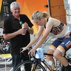 29-08-2017: Wielrennen: Boels Ladies Tour: Wageningen: Amy Pieters en verzorger Michel Lhoest: Boels-Dolmans