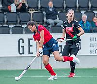 AMSTELVEEN  - Bente van der Veldt (Laren) met Sabine Plonissen (Adam) tijdens de hoofdklasse competitiewedstrijd hockey dames , Amsterdam-Laren (3-0)  , COPYRIGHT KOEN SUYK