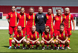 19.08.2013, Parcy Scarlets, Swansea, ENG, UEFA Damen U19 EM, Wales vs Daenemark, Gruppe A, im Bild Wales players line up for a team group photograph during the UEFA women U 19 championchip group A match between Wales and Denmark at Parcy Scarlets in Swansea, Great Britain on 2013/08/19. EXPA Pictures © 2013, PhotoCredit: EXPA/ Propagandaphoto/ David Rawcliffe<br /> <br /> ***** ATTENTION - OUT OF ENG, GBR, UK *****
