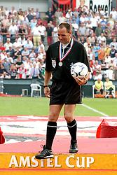 01-06-2003 NED: Amstelcup finale FC Utrecht - Feyenoord, Rotterdam<br /> FC Utrecht pakt de beker door Feyenoord met 4-1 te verslaan / Scheidsrechter Ruud Bossen
