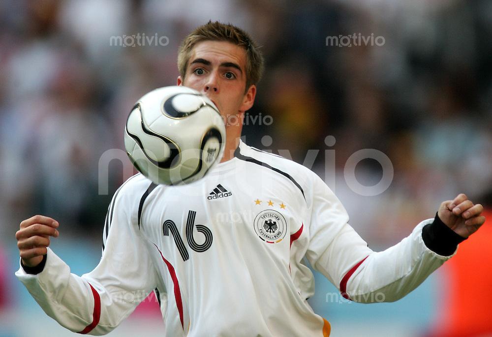 Fussball WM 2006 Eroeffnungsspiel Gruppenspiel Vorrunde in Muenchen: Deutschland - Costa Rica, Germany - Costa Rica. Der Torschuetze zum 1:0 Philpp Lahm am Ball.