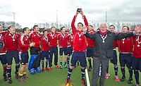 AERDENHOUT - 09-04-2012 - Vreugde bij Engeland en loco burgermeester Tames Kokke, maandag na de finale tussen Nederland Jongens A en Engeland Jongens A  (3-3) , tijdens het Volvo 4-Nations Tournament op de velden van Rood-Wit in Aerdenhout. Engeland wint met shoot-outs. FOTO KOEN SUYK