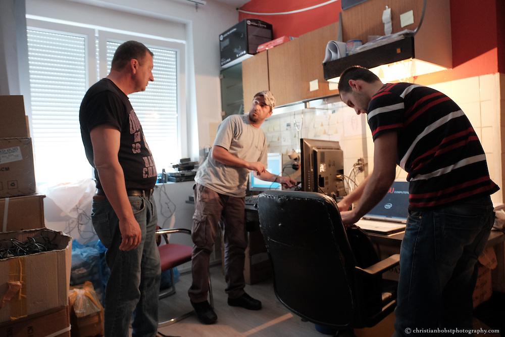 """Arlind Gashi, wohnt und arbeitet in Peja, hat Ausbildung bei """"Praktik"""" gemacht, das von Helvetas unterstützt wird und hat dadurch einen festen Job bei der Internetfirma Kujtesa gefunden. In diesem Bild an seinem Arbeitsplatz mit Arbeitskollegen."""