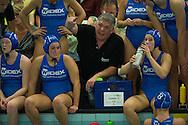 07-05-2014 : WATERPOLO : ZVL - GZC DONK : LEIDEN<br /> <br /> Coach Johan Aantjes van GZC Donk instrueert zijn ploeg <br /> Play-offs Eredivisie Dames - Seizoen 2013/2014<br /> <br /> Foto: Gertjan Kooij