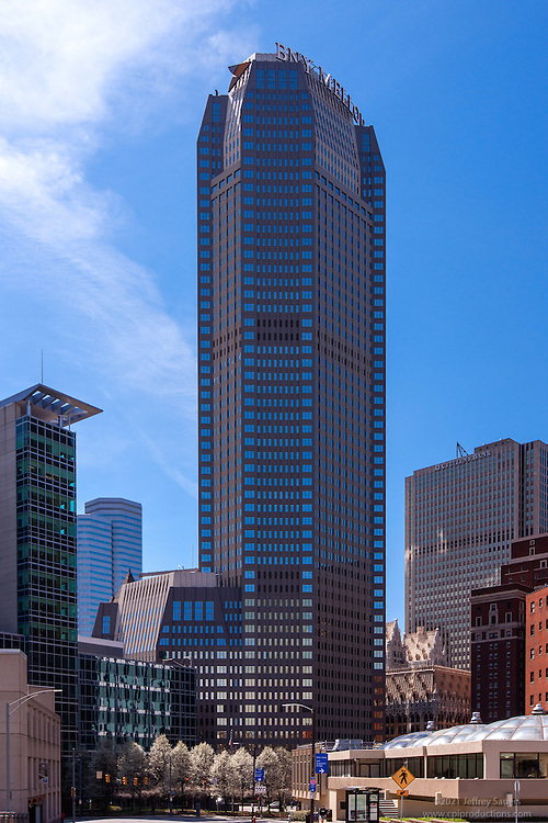 Architectual exterior image of downtown Pittsburgh PA Office building by Jeffrey Sauers of Commercial Photographics, Architectural Photo Artistry in Washington DC, Virginia to Florida and PA to New England
