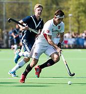 AMSTELVEEN -  Hockey Hoofdklasse heren Pinoke-Amsterdam (3-6). Caspar Horn (A'dam)  met Morris de Vilder (Pinoke)   COPYRIGHT KOEN SUYK