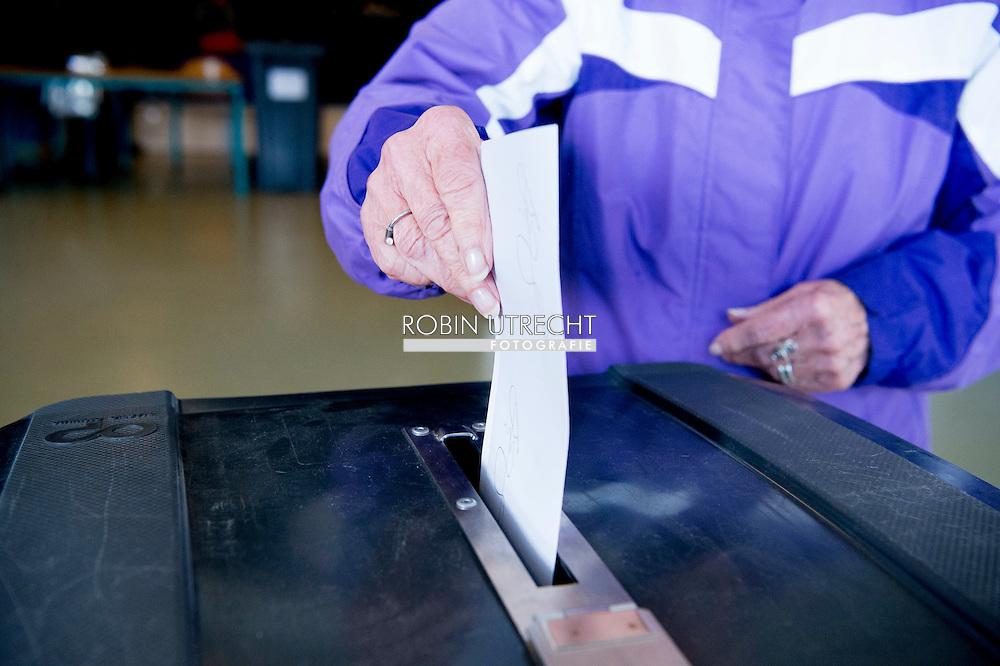 den haag - stemmen , DEN HAAG - Een rood stempotlood in een stemlokaal.  ja of nee Fractieleider van geert wilders pvv brengt een stem uit tijdens het referendum over het associatieverdrag van de EU met Oekraine. op de basischool de walvis   beveiling beveiligers , bewaken , politie , politieagent , copyright robin utrecht den haag - stemmen , DEN HAAG - Een rood stempotlood in een stemlokaal.  ja of nee Fractieleider van geert wilders pvv brengt een stem uit tijdens het referendum over het associatieverdrag van de EU met Oekraine. op de basischool de walvis   beveiling beveiligers , bewaken , politie , politieagent , copyright robin utrecht den haag - stemmen , DEN HAAG - Een rood stempotlood in een stemlokaal.  ja of nee Fractieleider van geert wilders pvv brengt een stem uit tijdens het referendum over het associatieverdrag van de EU met Oekraine. op de basischool de walvis   beveiling beveiligers , bewaken , politie , politieagent , copyright robin utrecht den haag - stemmen , DEN HAAG - Een rood stempotlood in een stemlokaal.  ja of nee Fractieleider van geert wilders pvv brengt een stem uit tijdens het referendum over het associatieverdrag van de EU met Oekraine. op de basischool de walvis   beveiling beveiligers , bewaken , politie , politieagent , copyright robin utrecht den haag - stemmen , DEN HAAG - Een rood stempotlood in een stemlokaal.  ja of nee Fractieleider van geert wilders pvv brengt een stem uit tijdens het referendum over het associatieverdrag van de EU met Oekraine. op de basischool de walvis   beveiling beveiligers , bewaken , politie , politieagent , copyright robin utrecht