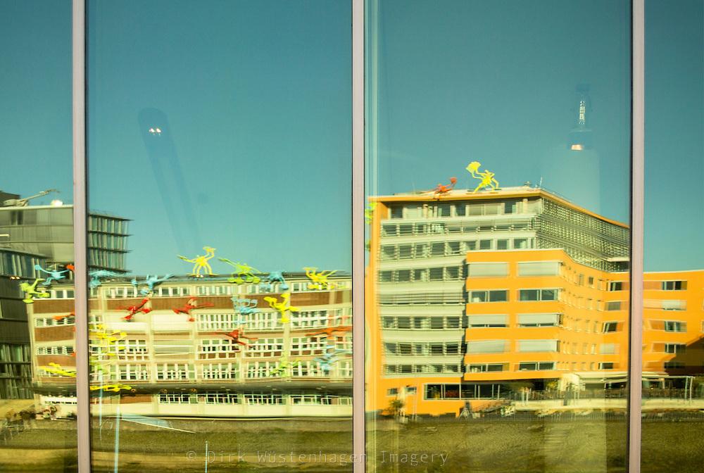 Gebäudespiegelung in Fensterscheibe, Medienhafen Düsseldorf