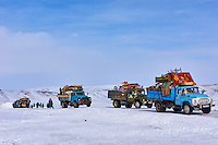 Mongolie, région de Bayan-Ulgii, transhumance d'hiver chez les nomades Kazakhs, les camions transportent les yourtes // Mongolia, Bayan-Ulgii province, winter transhumance of the Kazakh nomads, truck for transportation of the yurt
