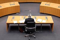 25 APR 2005, BERLIN/GERMANY:<br /> Joschka Fischer, B90/Gruene, Bundesaussenminister,  in einer Sitzungpause, kurz vor Wiederaufnahme der Vernehmung durch den 2. Untersuchungsausschuss des Deutschen Bundestages, dem sog. Visa-Ausschuss, Anhoerungssaal, Marie-Elisabeth-Lueders-Haus, Deutscher Bundestag<br /> IMAGE: 20050425-01-069<br /> KEYWORDS: Zeuge, Zeugenvernehmung, Visa-Affäre, Ruecken, Rücken
