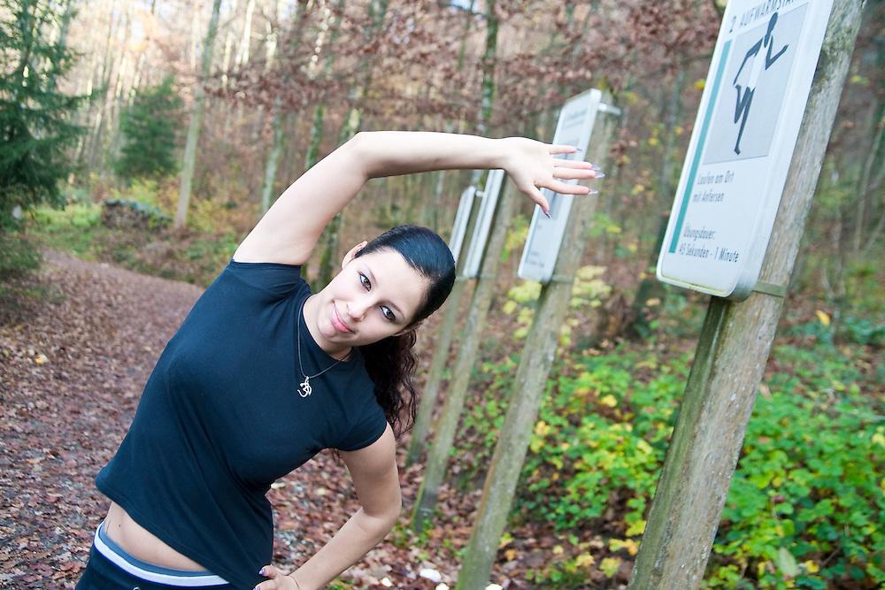 Bewegung; Sport; Fitness; Dehnung; Stretching; Uebung; Fitnessparcour; Natur; Wald; Freiheitsgefuel; Lebenslust; Bianca