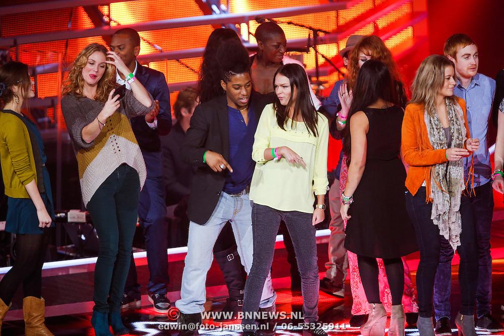 NLD/Hilversum/20121214 - Finale The Voice of Holland 2012, alle deelnemers dansend op het podium voor de show