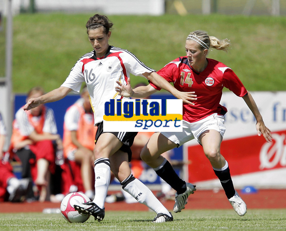 Fotball<br /> Turnering U23 kvinner<br /> Norge v Tyskland 1-0<br /> 17.07.2009<br /> Foto: Morten Olsen, Digitalsport<br /> NORWAY ONLY<br /> <br /> Caroline Hamann - Tyskland<br /> Line Smørsgård - Norge