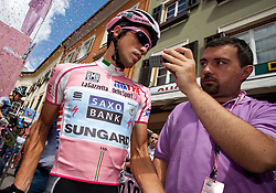 21.05.2011, Hauptplatz Lienz, AUT, Giro d´ Italia 2011, 14. Etappe, Lienz - Monte Zoncolan, im Bild Alberto Contador (ESP) Saxo Bank Sungard im Gespräch mit einem Journalisten // during the Giro d´ Italia 2011, Stage 14, Lienz - Monte Zoncolan,Austria, 2011-05-21, EXPA Pictures © 2011, PhotoCredit: EXPA/ J. Feichter