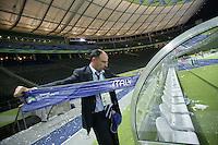 Feature 24 Stunden FINALE Italien - Frankreich          1:30 Uhr Ein FIFA Mitarbeiter zieht einen Aufkleber von der italienischen Bank im Stadion.