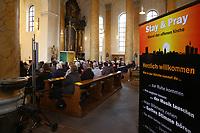 Mannheim. 11.03.17   BILD- ID 012  <br /> Innenstadt. Marktplatz. Marktplatzkirche St. Sebastian. Stay &amp; Pray. <br /> Im M&auml;rz startet mit &bdquo;Stay &amp; Pray&ldquo; in der Mannheimer Marktplatzkirche St. Sebastian ein neues Gottesdienstformat in der Quadratestadt. Dieses offene spirituelle Angebot soll Menschen viermal im Jahr  jeweils samstagabends die M&ouml;glichkeit geben, Kirche einmal anders zu erleben. Die Besucher bestimmen, ob sie sich eine kurze oder auch l&auml;ngere Auszeit g&ouml;nnen &ndash; frei nach der biblischen Aufforderung &bdquo;Stay &amp; Pray &ndash; Wachet und betet.&ldquo; (Matth&auml;us 26,41). <br /> <br /> Der &bdquo;Stay &amp; Pray&ldquo;-Abend beginnt mit der Messe in St. Sebastian um 17 Uhr. Anschlie&szlig;end steht die Kirche bis 22 Uhr offen. Zum Abschluss gibt es ein Nachtgebet &ndash; die Komplet &ndash; mit eucharistischem Segen. <br /> <br /> Bild: Markus Prosswitz 11MAR17 / masterpress (Bild ist honorarpflichtig - No Model Release!)