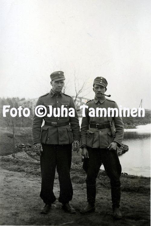 HJK:n &amp; maajoukkueen pelaaja Armas Pyyn albumi. <br /> Vasemmalla Armas Pyy. Kuva vuodelta 1939 tai 1940.