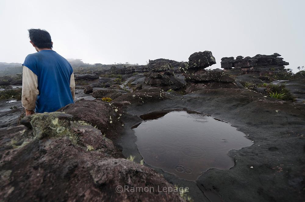 """AUYANTEPUY, VENEZUELA. Porteador Pemon. El Auyantepuy es el mayor de los tepuis del Parque Nacional Canaima. En sus 700 kms2 alberga el salto angel o conocido por lengua indígena Pemon como """"Kerepacupai Vena; es la caída de agua más grande del mundo con sus 979 metros de altura. (Ramon lepage /Orinoquiaphoto/LatinContent/Getty Images)"""