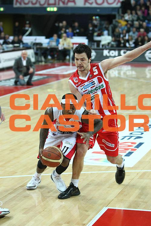 DESCRIZIONE : Pesaro Lega A 2010-11 Scavolini Siviglia Pesaro Banca Tercas Teramo<br /> GIOCATORE : Andre Collins<br /> SQUADRA : Scavolini Siviglia Pesaro <br /> EVENTO : Campionato Lega A 2010-2011<br /> GARA : Scavolini Siviglia Pesaro Banca Tercas Teramo<br /> DATA : 27/02/2011<br /> CATEGORIA : palleggio<br /> SPORT : Pallacanestro<br /> AUTORE : Agenzia Ciamillo-Castoria/C.De Massis<br /> Galleria : Lega Basket A 2010-2011<br /> Fotonotizia : Pesaro Lega A 2010-11 Scavolini Siviglia Pesaro Banca Tercas Teramo<br /> Predefinita :