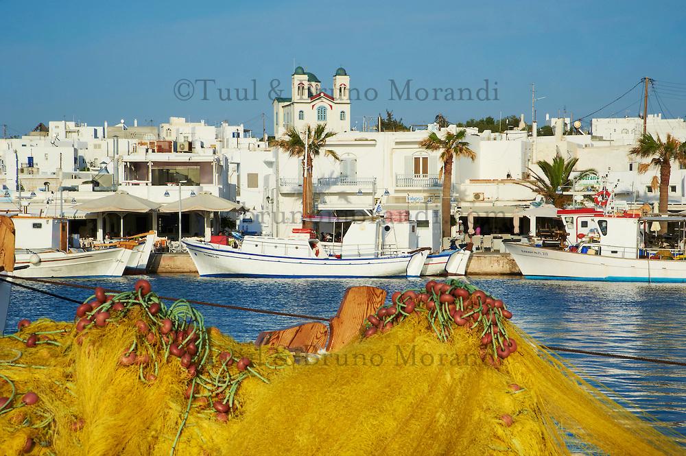 Grèce, Mer Egée, Cyclades, iles grecques, Ile de Paros, Naoussa, ville et port, filet jaune // Greece, Cyclades Islands, Greek Islands, Aegean Sea, Paros, Naoussa, port