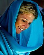 MUSCAT - Prinses Maxima tijdens het bezoek aan de grote moskee in Oman. ANP ROYAL IMAGES ROBIN UTRECHT