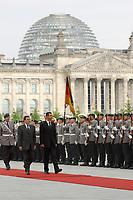 10 JUL 2001, BERLIN/GERMANY:<br /> Gerhard Schroeder, SPD, Bundeskanzler, Bashar al-Assad, Praesident Syrien, und Soldaten des Wachbataillons der Bundeswehr, angetreten zur Begruessung des Staatsgastes mit militaerischen Ehren im Hof des Bundeskanzleramtes, im Hintergrund Reichstagsgebaeude<br /> IMAGE: 20010710-01-005<br /> KEYWORDS: Soldaten, Deutscher Bundestag, Wachsoldaten, Begrüssung mit militärischen Ehren